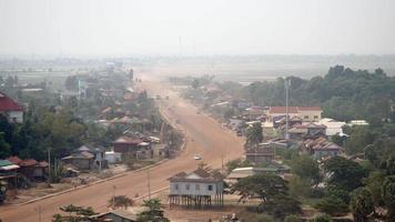 strada polverosa del villaggio principale che attraversa una piccola città (lasso di tempo)