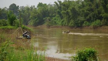 piccolo motoscafo che naviga lungo il fiume verde