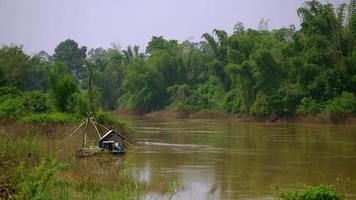 rete da pesca cinese vicino alla riva del fiume