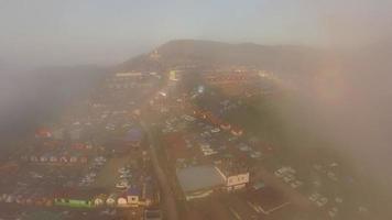 vista aérea através da névoa para acampamento vista da montanha