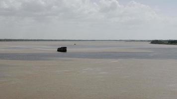 Segelkreuzfahrt und der Schatten der Wolken auf der Oberfläche des Flusses video