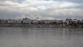 palafitte del villaggio sulla riva del fiume con la bassa marea