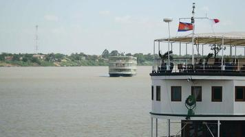 una nave da crociera è ormeggiata sul bordo di un porto in primo piano, un'altra si avvicina sullo sfondo video