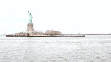statua della libertà a new york, vista dalla barca
