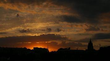 lindo pôr do sol / nascer do sol céu com nuvens video