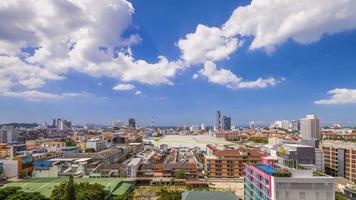 lasso di tempo della città di pattaya con cielo blu, thailandia