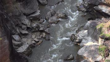 fiume di montagna nel parco nazionale di ob luang video
