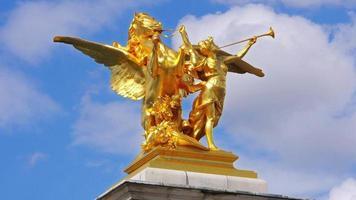 statua d'oro a parigi francia