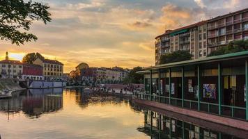 Italia tramonto Milano città famosa darsena canale ponte panorama 4K lasso di tempo