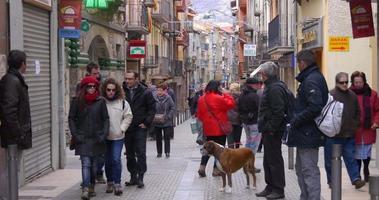 cidade da montanha, rua movimentada principal camprodon 4k espanha video