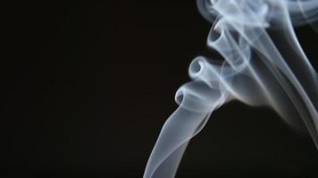 Zeitlupe: elegante Rauchlinie auf schwarzem Hintergrund video