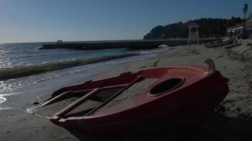 barco de pesca no litoral do mar Egeu video