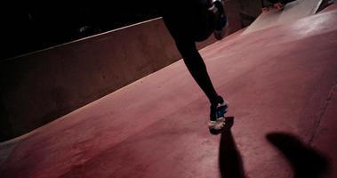 atleta afroamericano ocupado saltando la cuerda para hacer ejercicio
