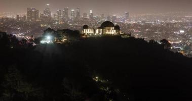 Observatório do Griffith Park e horizonte do centro de Los Angeles à noite: timelapse