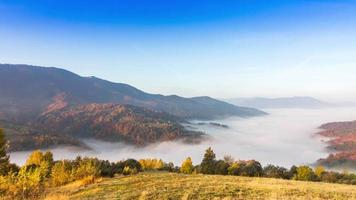 schöne Landschaft mit Hügeln und Bergen