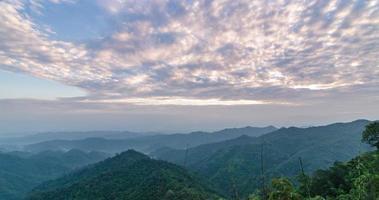 nuvola crepuscolare in movimento sulla montagna