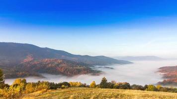 hermoso paisaje con colinas y montañas video