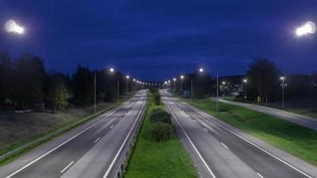 lasso di tempo di autostrada durante il crepuscolo