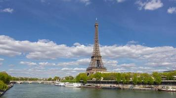 Ausflugsboot auf der Seine, vorbei am Eiffelturm, Paris