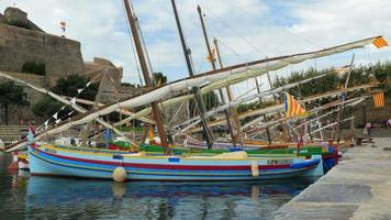petit bateau traditionnel coloré - port de collioure - france en europe.