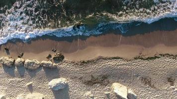 vista aérea da onda, mar e praia. a perspectiva é direta.
