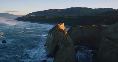 vista aerea rivelando la costa rocciosa delle scogliere del mare con la luce dell'alba incredibile nel nord-ovest del Pacifico