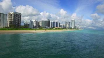 video aéreo de las costas de miami beach