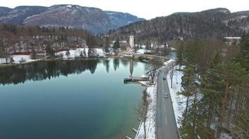 belo lago bohinj, eslovênia no inverno