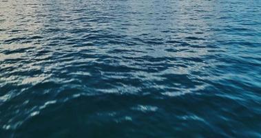 sorvolando l'oceano all'alba