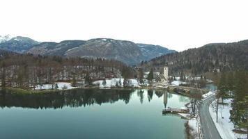 bellissimo lago di bohinj, slovenia in inverno