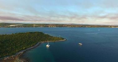 vista aerea delle isole nel canale di pasman, croazia video