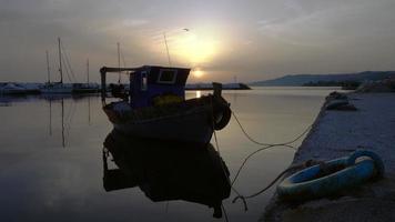 pôr do sol sobre a marina em skioni video