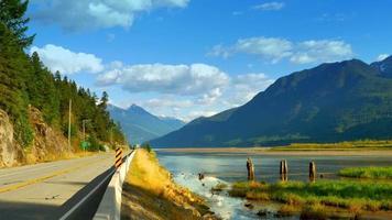 paisagem de montanhas e planície de pântano, vale natural, estrada video