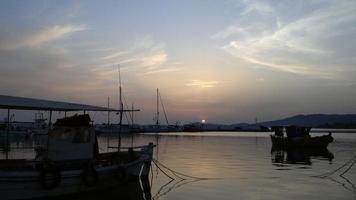Sonnenuntergang über Yachthafen in Skioni video