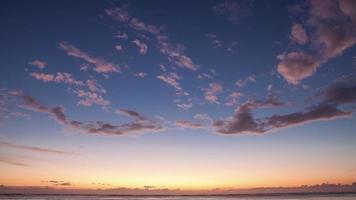 lindo amanhecer timelapse acima do oceano