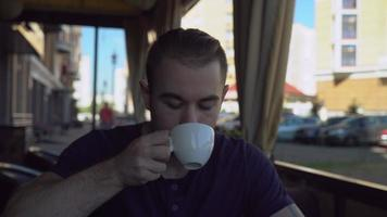 kaukasisches Modell mit Bart genießen Getränk video