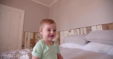 avventuriero del neonato che gattona ed esplora il letto