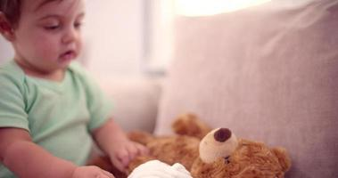 bebé con sus juguetes favoritos