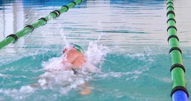 Fit Schwimmer macht den vorderen Hub video