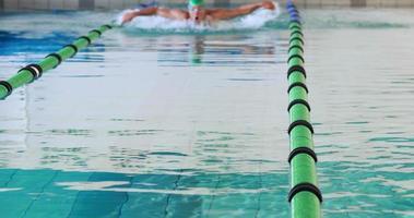 Fit Schwimmer macht den Schmetterlingsschlag video