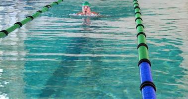 nuotatore in forma che fa la corsa al seno