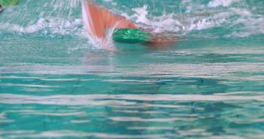 nuotatore in forma che fa il colpo frontale
