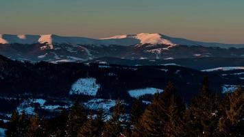 lasso di tempo di aurora in montagna invernale