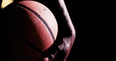 Nahaufnahme der Hand, die Basketball greift