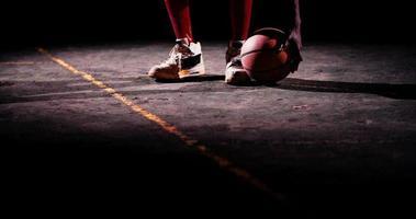 pés e mãos de jogadores de basquete na bola, campo