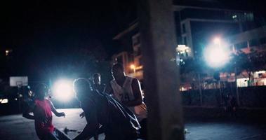 giocatori di basket che giocano in tribunale durante la notte video