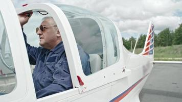 piloto maduro pronto para voar video