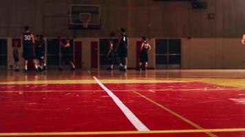 geringer Winkel der Basketballspieler, die sich vor einem Spiel aufwärmen