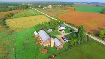 viaduto panorâmico do centro-oeste rural, paisagem com fazendas, silos video