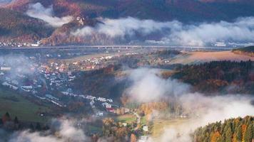 Laps de temps paysage d'automne, collines et villages avec matin brumeux, slovaquie